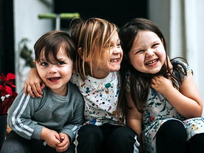 5 Cara Mengajarkan Anak Minta Maaf