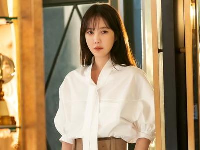 Inspirasi Gaya Atasan Putih dari Drama Korea Favorit