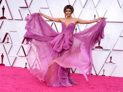 Gaya Seleb Bermain Warna ala Oscar 2021